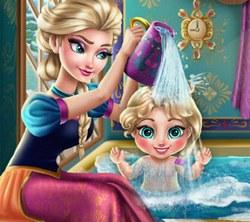 Эльза купает малышку