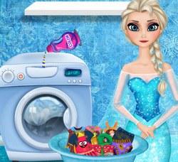 Эльза стирает одежду