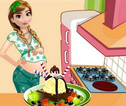 Беременная Анна готовит мороженное